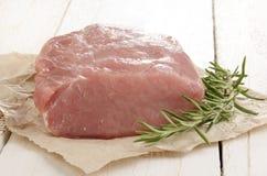 Rå grisköttfransyska på brunt papper Arkivfoton