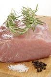 Rå grisköttfransyska på ett träbräde Arkivfoto