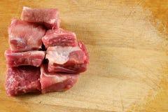 Rå grisköttstöd på en skärbräda - nära övre fotografering för bildbyråer