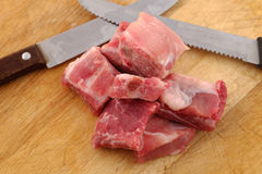 Rå grisköttstöd på en skärbräda - nära övre royaltyfria bilder