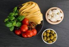 Rå gul italiensk pastafettuccine, fettuccelle eller tagliatelle arkivbilder