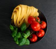 Rå gul italiensk pastafettuccine, fettuccelle eller tagliatelle arkivbild