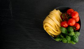 Rå gul italiensk pastafettuccine, fettuccelle eller tagliatelle royaltyfria foton