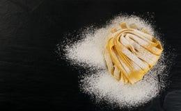 Rå gul italiensk pastapappardelle, fettuccine eller tagliatelle royaltyfri fotografi