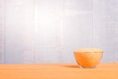 Rå havregrus på brädet bantar mat Fotografering för Bildbyråer