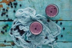 Rå hemlagad blåbärsmoothie i ett exponeringsglas Royaltyfri Bild