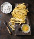 Rå hemlagad pastatagliatelle arkivbild