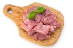 Rå huggen av bakgrund för om för nötköttkött stycken isolerad vit klippte ou Arkivbilder
