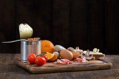 Rå ingredienser för att laga mat engelska frukosten på den bitande boaen royaltyfria foton