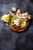 Rå ingredienser för kryddiga Ramennudlar med champinjoner Arkivfoton