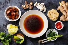 Rå ingredienser för kryddiga Ramennudlar med nötkött Royaltyfria Bilder