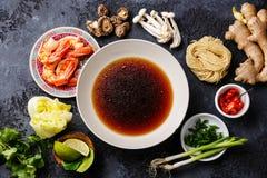 Rå ingredienser för kryddiga Ramennudlar med räkor Royaltyfria Foton