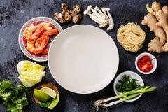 Rå ingredienser för kryddiga Ramennudlar med räkor Fotografering för Bildbyråer