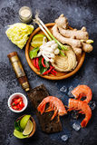 Rå ingredienser för kryddiga Ramennudlar med räkor Arkivfoto