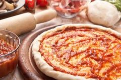 rå ingredienspizza Royaltyfri Fotografi