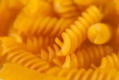 Rå italiensk pasta som ligger på en vit bakgrund i närbild royaltyfria bilder