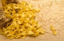 Rå italiensk tagliatelle- eller Fettuccinepasta Royaltyfri Foto