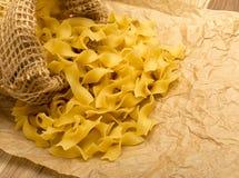 Rå italiensk tagliatelle- eller Fettuccinepasta Royaltyfri Fotografi