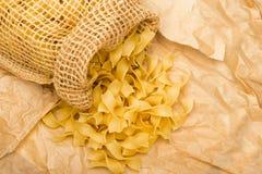 Rå italiensk tagliatelle- eller Fettuccinepasta Arkivfoto