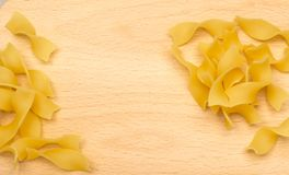 Rå italiensk tagliatelle- eller Fettuccinepasta Arkivfoton