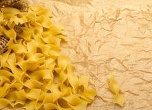 Rå italiensk tagliatelle- eller Fettuccinepasta Royaltyfria Bilder