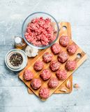 Rå köttbullar gjorde från ny köttfärs med kryddor royaltyfria foton