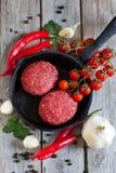 Rå köttbullar med grönsaker på pannan Fotografering för Bildbyråer