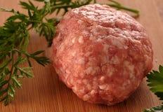 Rå köttfärslimpa Arkivbild