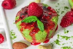 Rå kaka för grön matchastrikt vegetarian med hallon, driftstopp, mintkaramellen och muttrar Sund läcker mat royaltyfria foton