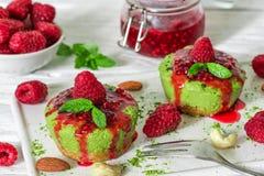 Rå kakor för grön matchastrikt vegetarian med hallon, driftstoppmintkaramellen och muttrar Sund läcker mat royaltyfria foton