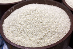 Rå klibbiga ris i trumma Arkivbilder