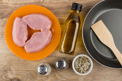 Rå kotletter från kalkonkött, grönsakolja som är salt, peppar Royaltyfri Bild