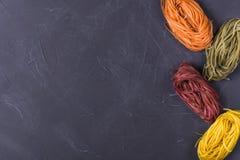 Rå kulör tagliatelle och spagetti royaltyfria foton