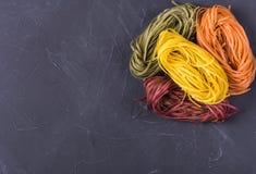 Rå kulör tagliatelle och spagetti arkivbilder