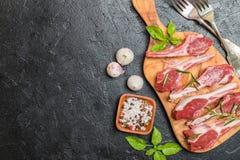 Rå lammkotletter med salt, peppar, rosmarin Royaltyfri Fotografi