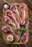 Rå lammkotletter med vitlök och örter arkivfoto