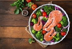 Rå laxbiff och grönsaker arkivbilder