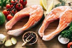 Rå laxbiffar, grönsaker och kryddor som är klara för att laga mat arkivfoton