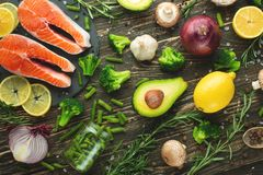 Rå laxfiléer och ingredienser, grönsaker för att laga mat på en mörk bakgrund i en lantlig stil Bästa sikt, lägenhet-lekmanna- so royaltyfri foto