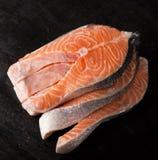 Rå laxfiskfilé på svart bakgrund Royaltyfria Bilder