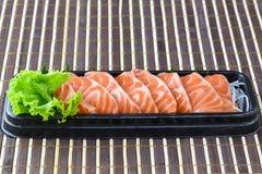 Rå laxsashimiskiva i japansk matstil Arkivfoto
