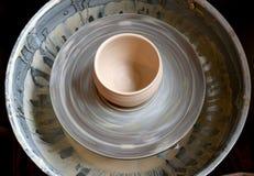 Rå lerakruka på ett hjul för keramiker` s Royaltyfri Bild