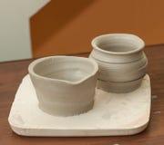 Rå lerakrukor som han har precis gjort, keramiskt royaltyfria bilder