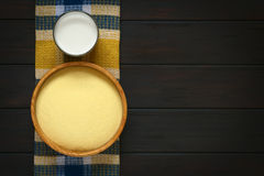 Rå mannagryn och mjölkar royaltyfri foto