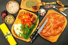 Rå marinerad griskötthals Förberedelse av kött för att grilla Rått grisköttkött och kryddor Nytt kött från en slaktare royaltyfri fotografi