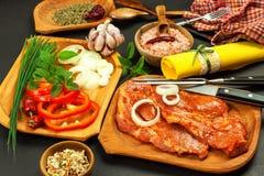 Rå marinerad griskötthals Förberedelse av kött för att grilla Rått grisköttkött och kryddor Nytt kött från en slaktare royaltyfria foton