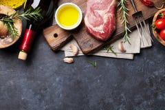 Rå matlagning för nötköttbiff royaltyfria foton