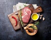 Rå matlagning för nötköttbiff royaltyfria bilder