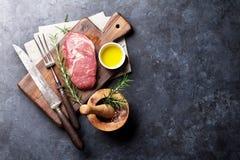 Rå matlagning för nötköttbiff arkivbilder