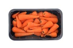 Rå morötter i svart behållare arkivfoto